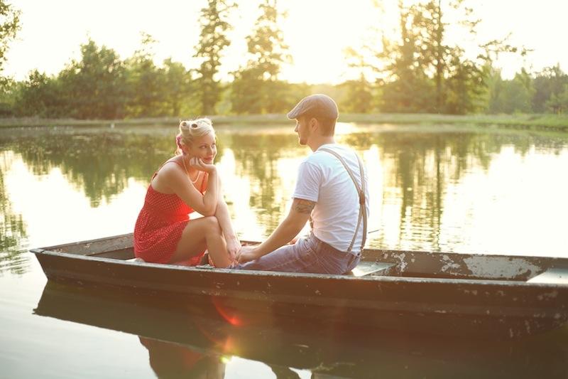закат на озере - прогулка на лодке